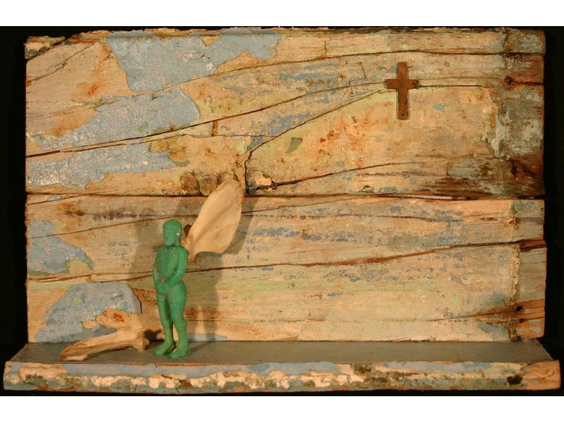 Elisabeth Hölz: Das Kreuz mit der Endlichkeit (2015) Objektkästchen: Brett, Kreuz, Spielfigur, Knochen
