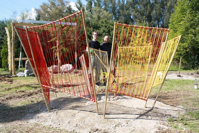 Aufbau Skulpturengarten (2010) Farbige Spirale: Carola Weber-Schlak